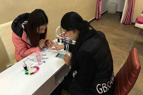菲菲学院陈锐利成功创办化妆美甲纹绣店